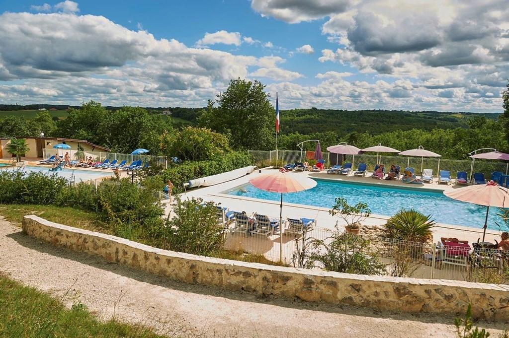 Ons 4p. vakantiehuis op sfeervol park in Lot/Dordogne (FR) met waterglijbanen, tennis, restaurant. Juni -50%, 1e helft juli -40%. NL beheerder.