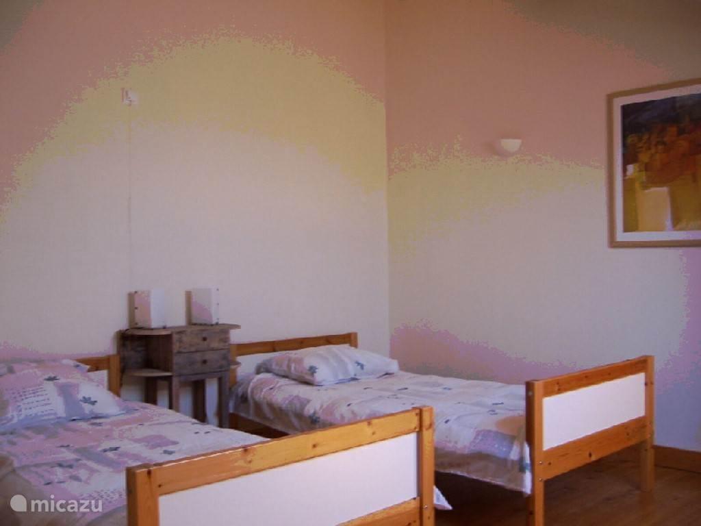 Enkelbeds slaapkamer boven