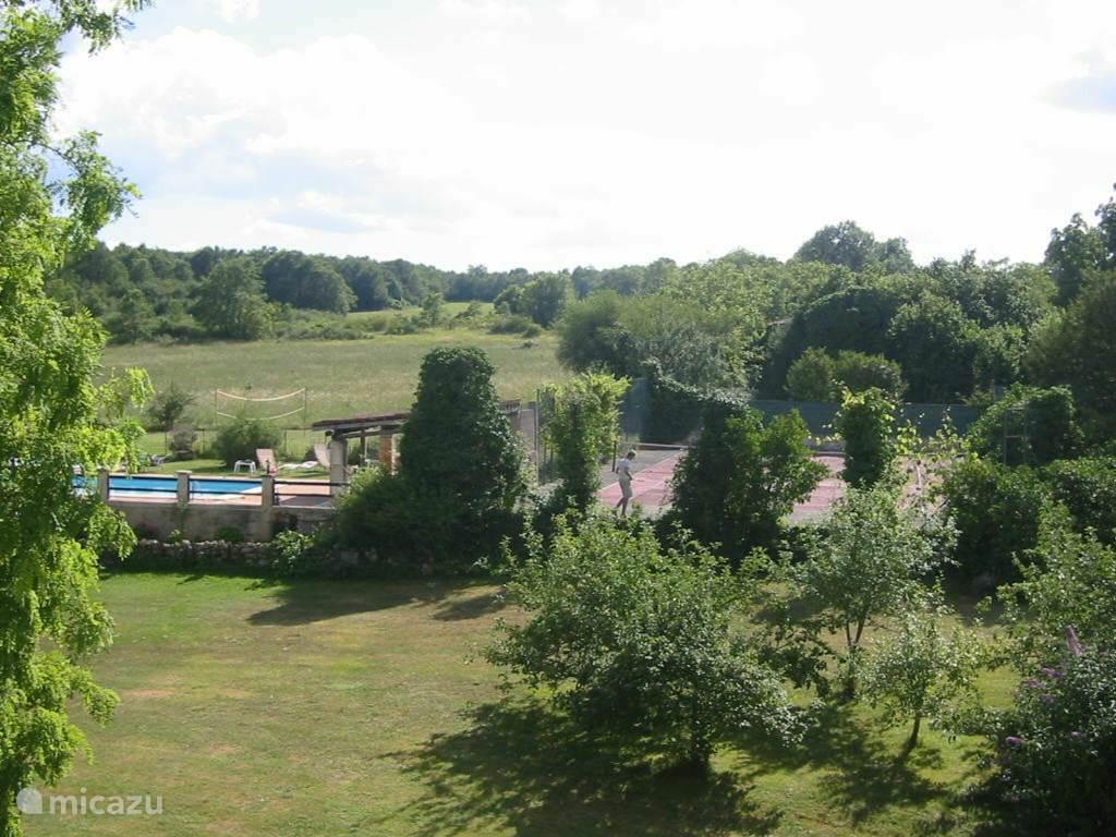 Zwembaden en tennisbaan