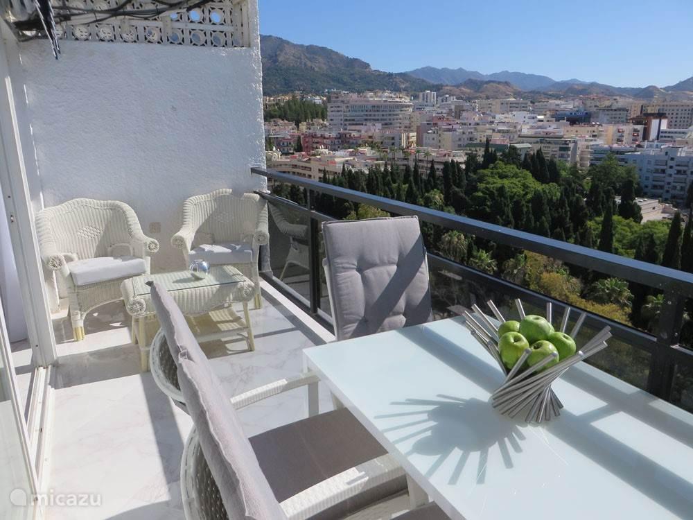Uitzicht vanaf het terras:de bergen, het park en Marbella.
