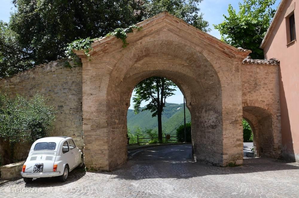 Genieten in middeleeuws stadje in de Marken, Italië
