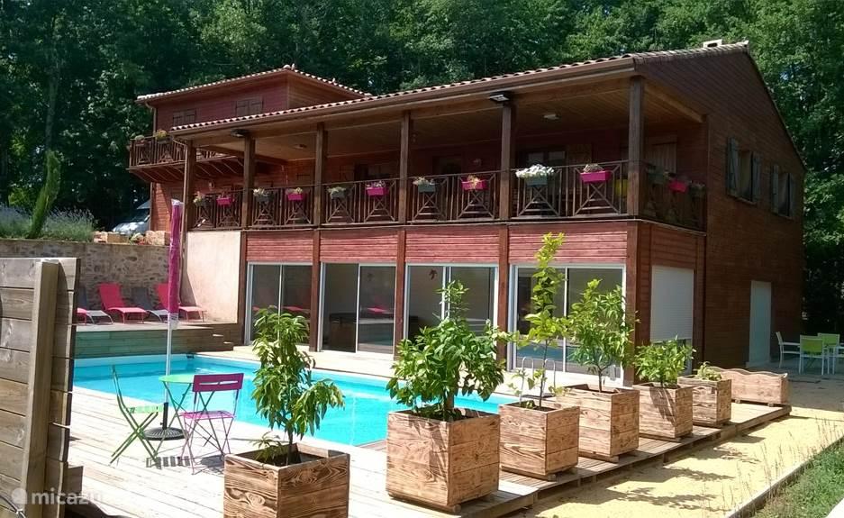 Zeer ruim houten chalet met zwembad, spa, tuin, terras, BBQ en grill.