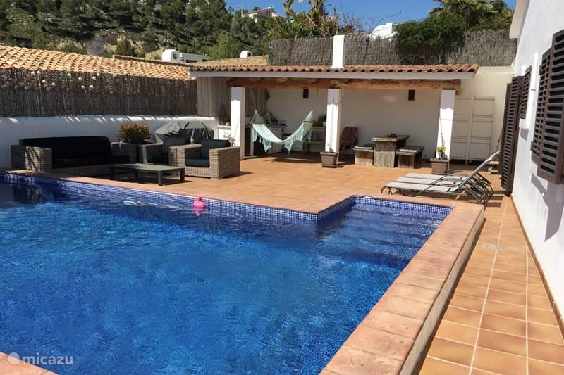 villa casa ibiza in sitges costa dorada spanien mieten micazu. Black Bedroom Furniture Sets. Home Design Ideas