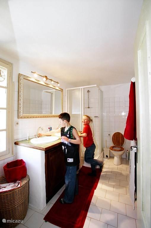 Een van de badkamers
