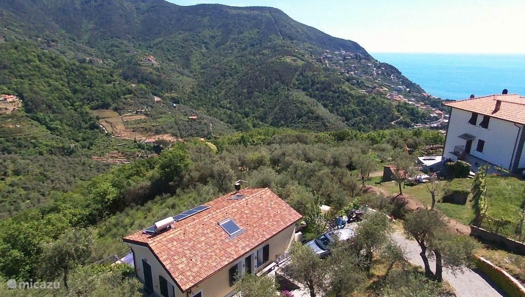uitzicht over de zee en de groene heuvels