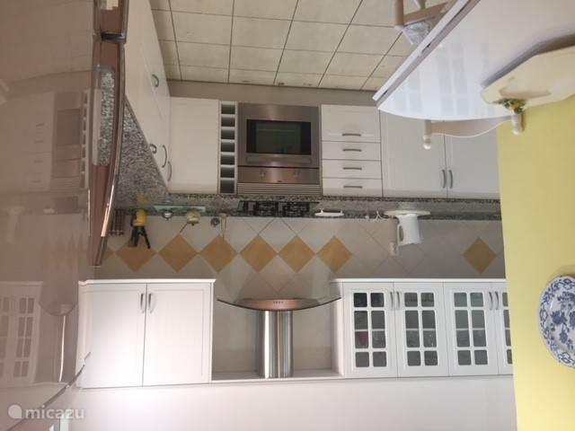 Uitgebreide keuken met benodigde apparatuur