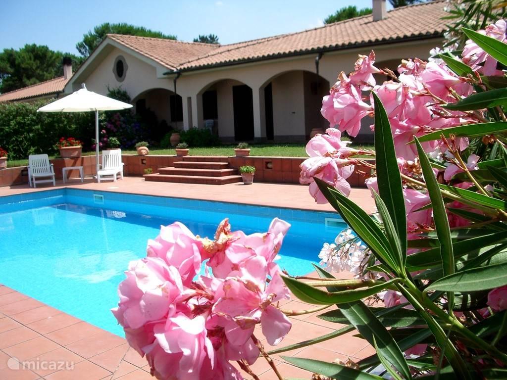 ingang van villa la fiora en zwembad