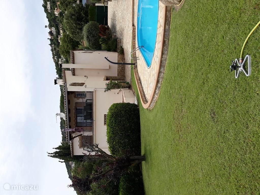 Achterkant huis / rondom zwembad