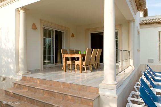 Het terras grenzend aan de keuken en eetkamer.