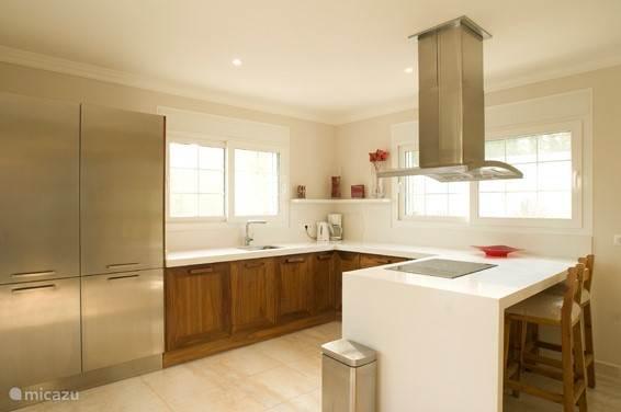 De ruime keuken voorzien van alle gemakken.