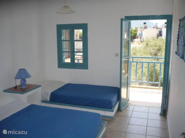Slaapkamer met een dubbel en een enkel bed