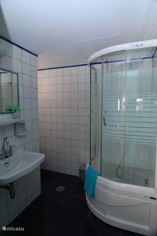 Badkamer met ruime douchecabine