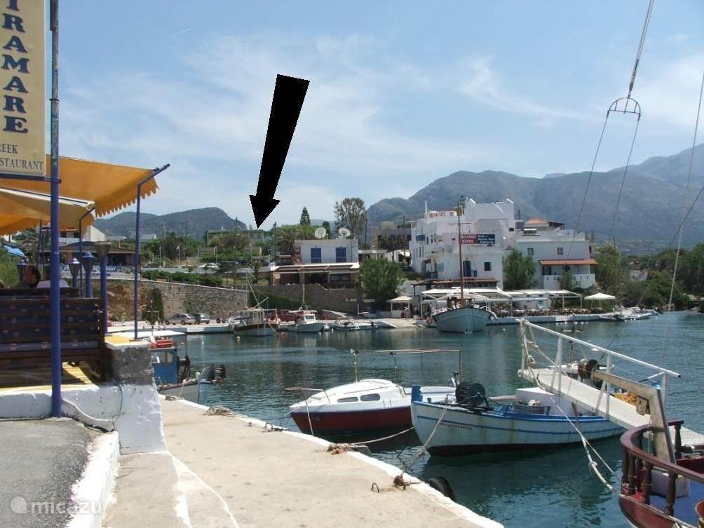 Zicht van uit haventje. Ons huisje ligt op 50 m de baai die eigenlijk een groot zwembad is.