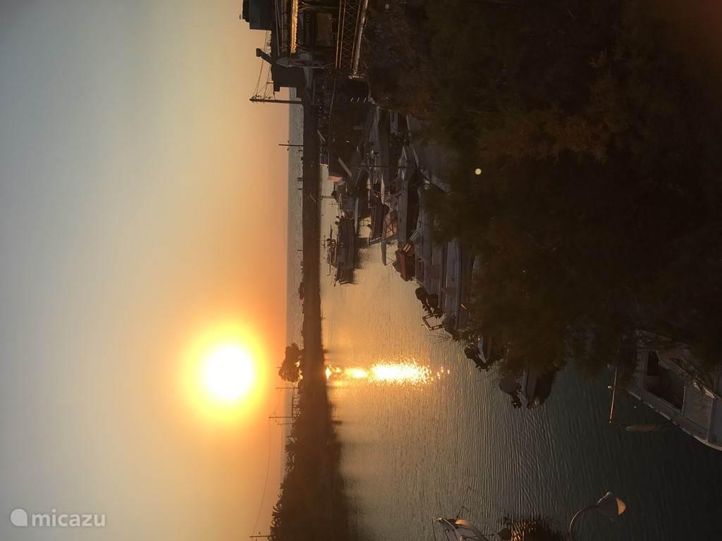 Zonsondergang in de baai van Sissi