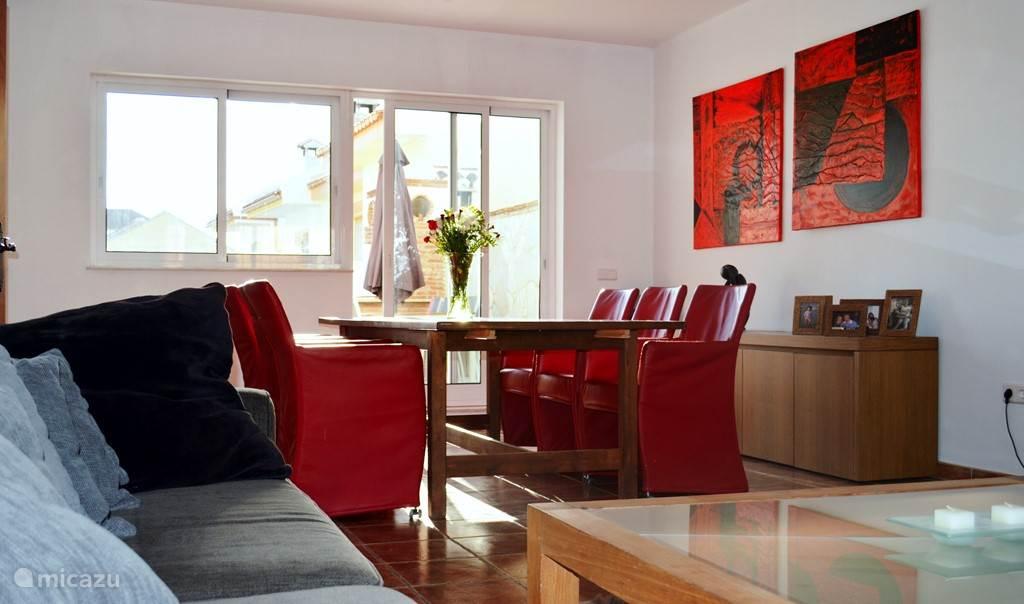 woonkamer met 10 stoelen ( nog extra in de keuken )