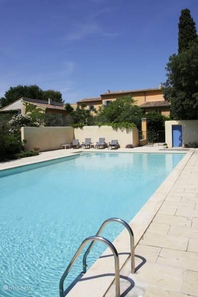 Het gezamelijke , eventueel  verwarmde zwembad van 14 x 7 m bij het Domaine