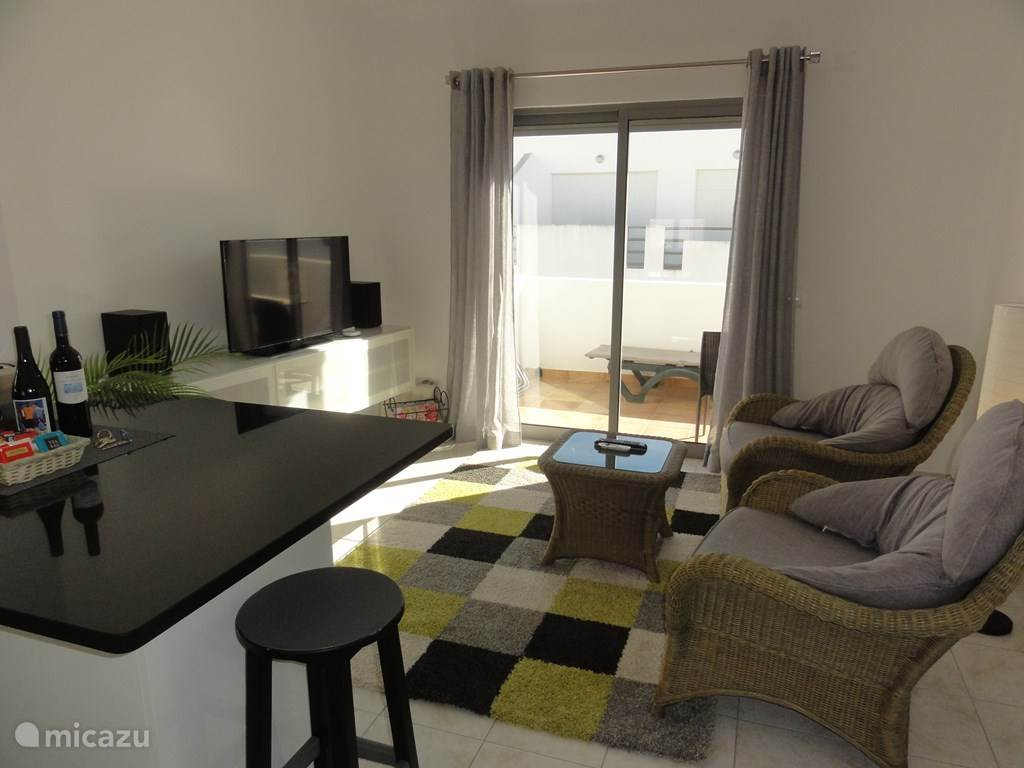 Ruime woonkamer met schuifdeuren naar het balkon, verduisteringsgordijnen, infraroodverwarming.