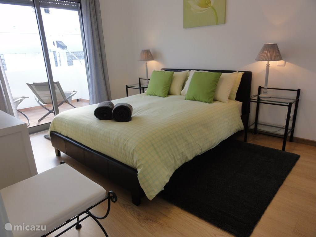 Groot comfortabel bed, airconditioning. verduisteringsgordijnen, fineervloer, schuifdeuren naar balkon.