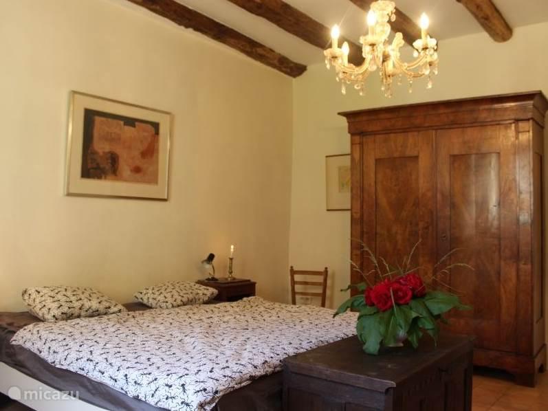 De grote slaapkamer van huisje La Principale voorzien van een bed van 180 cm breed voorzien van 2 matrassen van 90 cm breed.