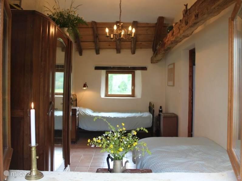 De tussen slaapkamer van huisje La Principale, met 2 een persoonsbedden van 90 cm breed.