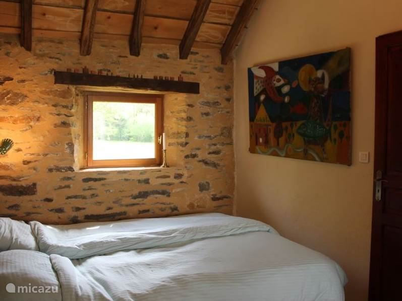 De slaapkamer van huisje La Principale met een tweepersoonsbed van 160 cm breed, 2 aparte matrassen van 80 cm breed en een bed van 90 cm breed.