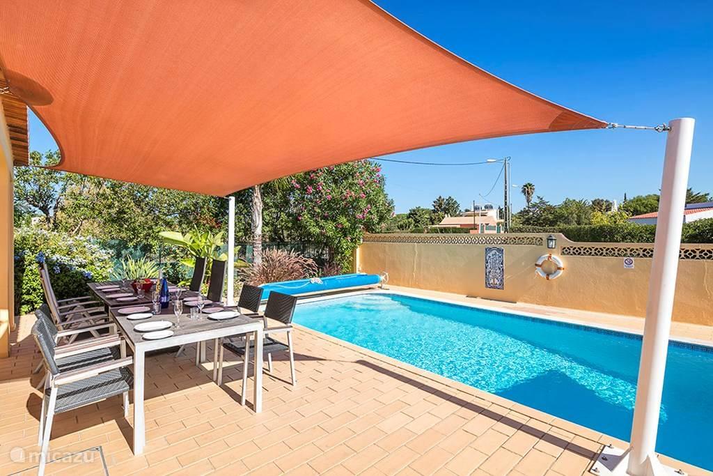 Zwembad en buitentafel