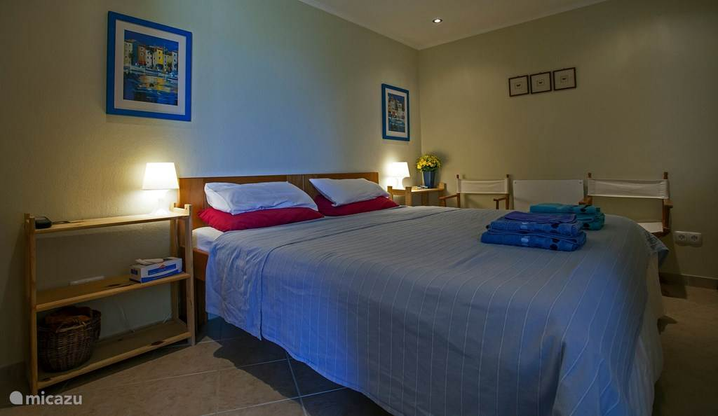 Slaapkamer, de bedden kunnen als een groot bed, of als twee losse bedden worden opgemaakt.