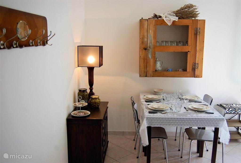 eettafel en zitkamer