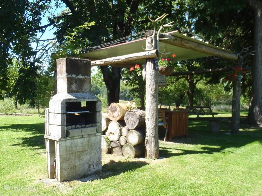 Picknicktafel met BBQ in de tuin