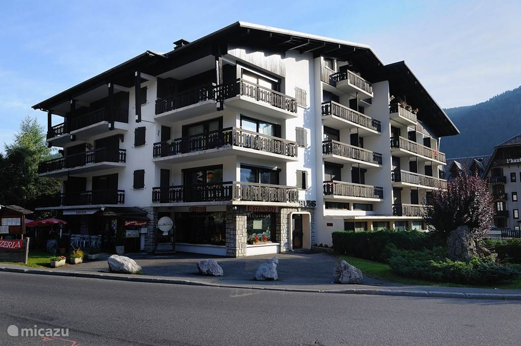 Het appartement is gelegen op de tweede etage van Le Schuss, een appartementenblok in de zogenaamde 'Golden Triangle' van Morzine.