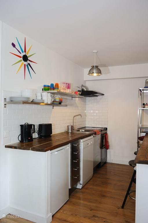 In de keuken is een dubbele oven, een vier-pits halogeen kookplaat, een magnetron, vaatwasser en wasmachine. Andere elektrische apparaten zoals een koffiemachine zijn eveneens aanwezig.