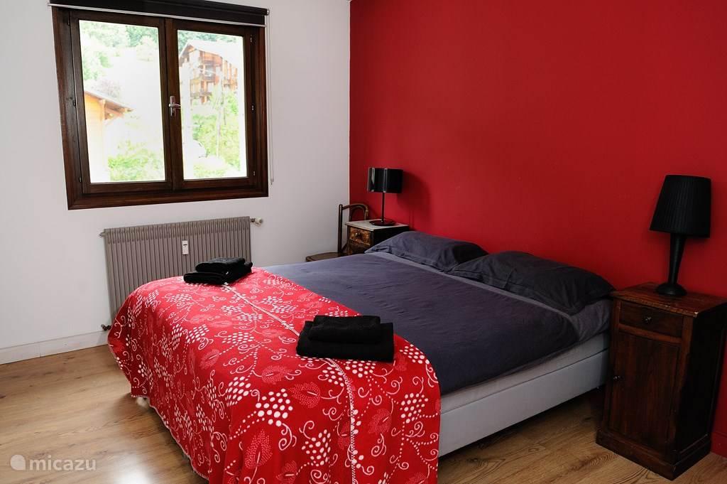De hoofdslaapkamer is groot en biedt voldoende ruimte voor een opvouwbaar babybedje dat in het appartement aanwezig is. Het bed kan naar wens opgemaakt worden: als dubbelbed of als twee aparte bedden.