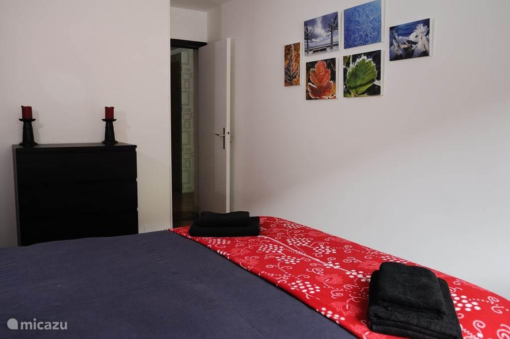 Er is een commode in de slaapkamer en er is ook een voorziening voor het ophangen van kleding.