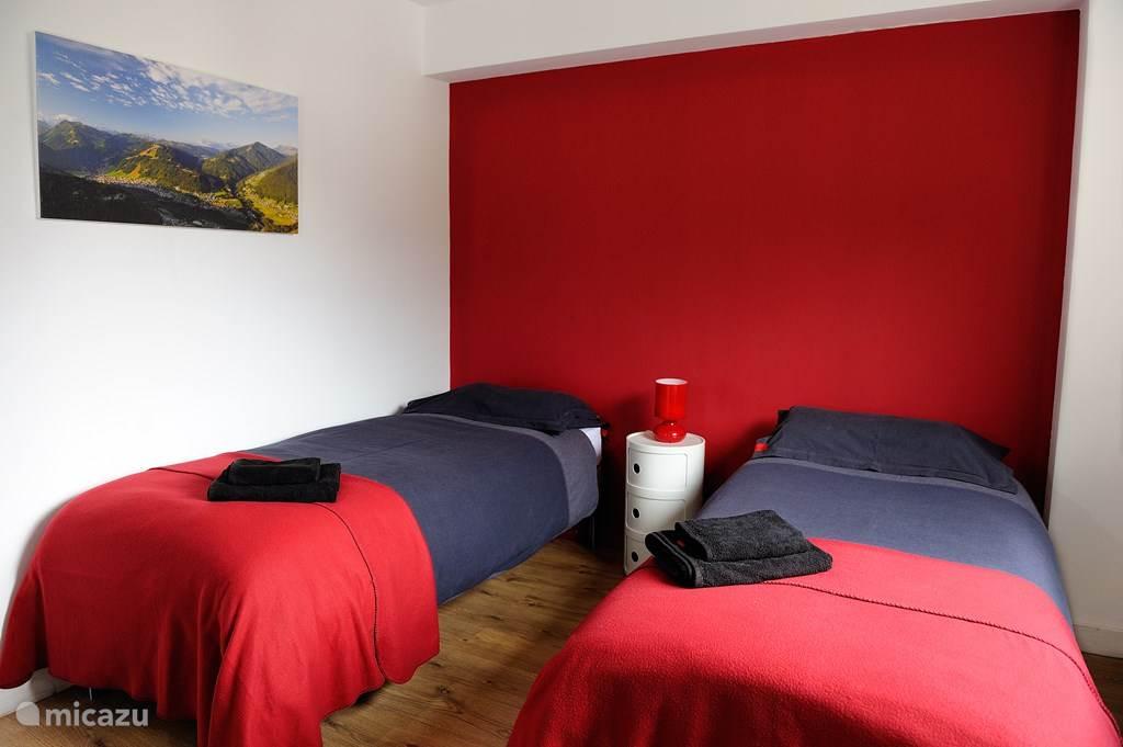 De kleinere slaapkamer is nog steeds ruim voor Franse begrippen. De bedden in deze kamer kunnen ook naar uw wens opgemaakt worden, als twee aparte bedden of een dubbelbed.