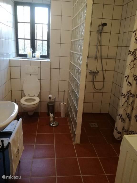 Lekkere ruime badkamer met inloopdouche en vloerverwarming