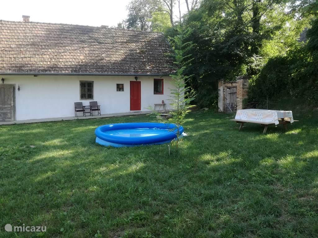 Picknicktafel en poedelzwembad voorhanden. Er zijn meerdere zitplaatsen in de tuin