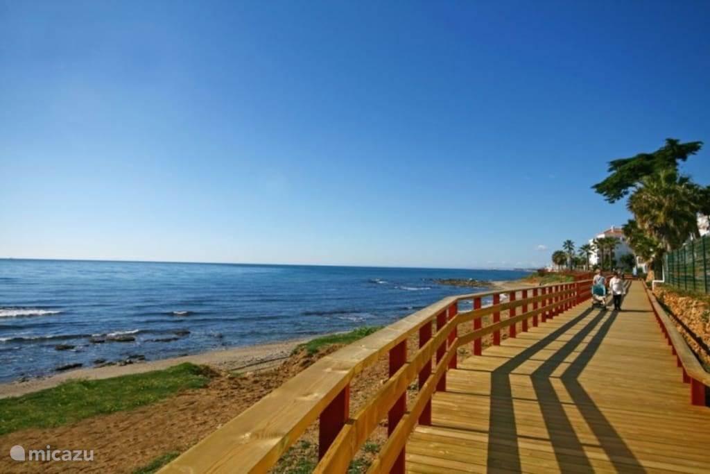 La Cala de Mijas, op 5 minuten rijden met een wandelpromenade voor lange wandelingen langs zee, onderbroken door een hapje en drankje in één van de chiringuito's