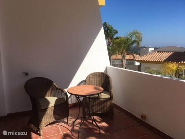 Het terras op de zuidzijde heeft al vroeg de zon, ook in de ''wintermaanden'' wanneer de dagen korter zijn. En heerlijk stoelen om lekker te relaxen en te genieten van het uitzicht.