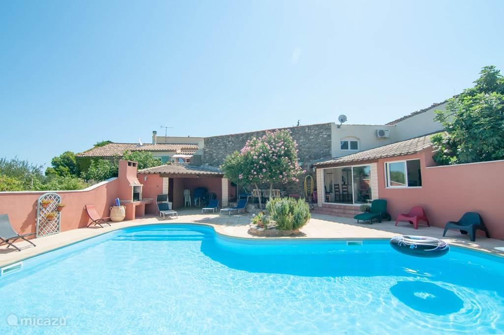 Aanzicht vanaf het zwembad naar het vakantiehuis 'La Piscine'