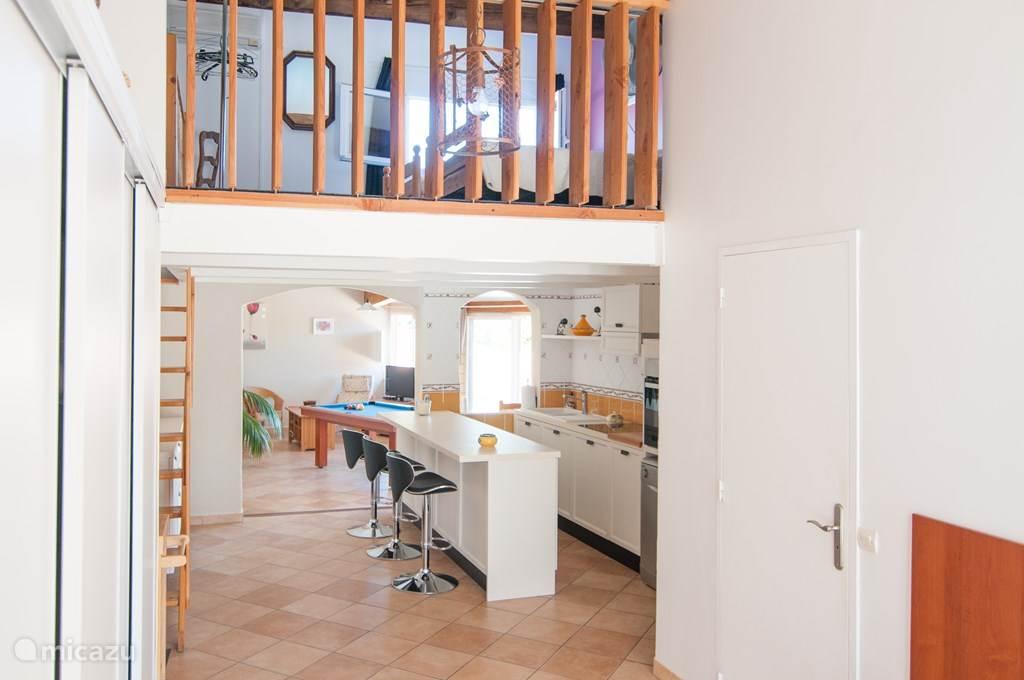Entree, met uitzicht op de vide en keuken