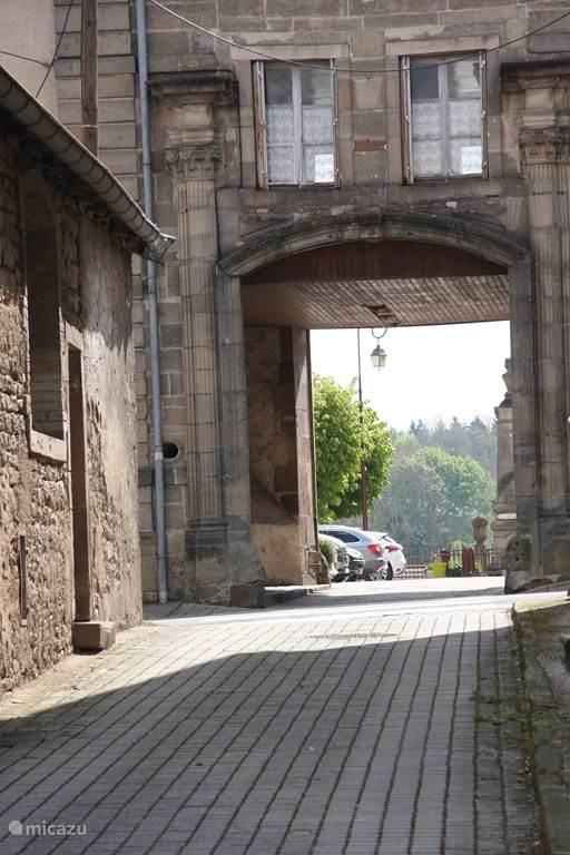 Rue du Chateau met de ingang van het kasteel. Foto genomen voor het vakantiehuis.