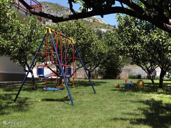Kindvriendelijk tuin met speeltoestellen