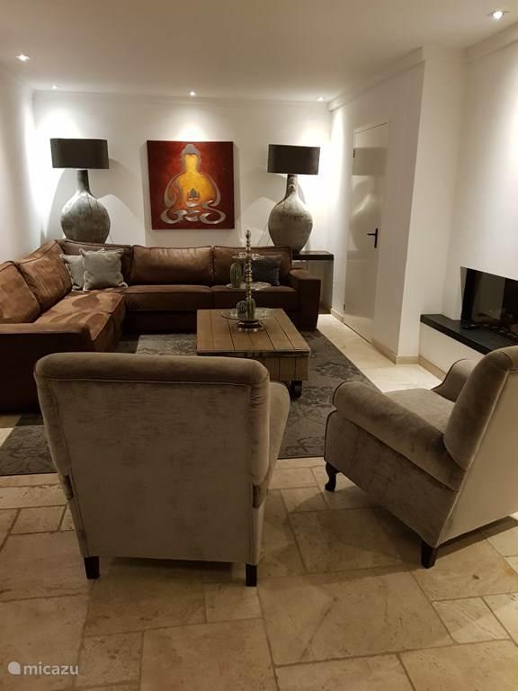 Woonkamer met heerlijke loungebank.