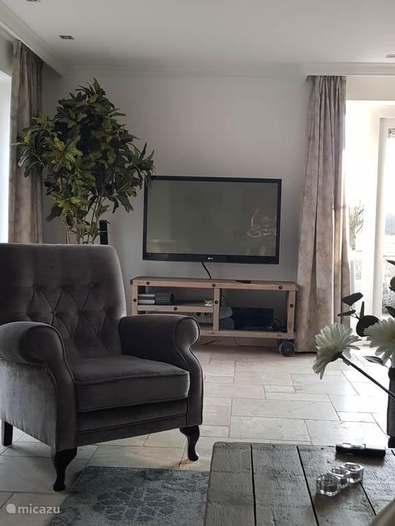 Ruime woonkamer met interactieve TV van KPN.