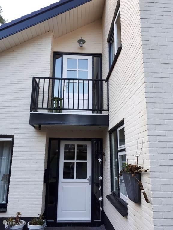 Voordeur met balkon