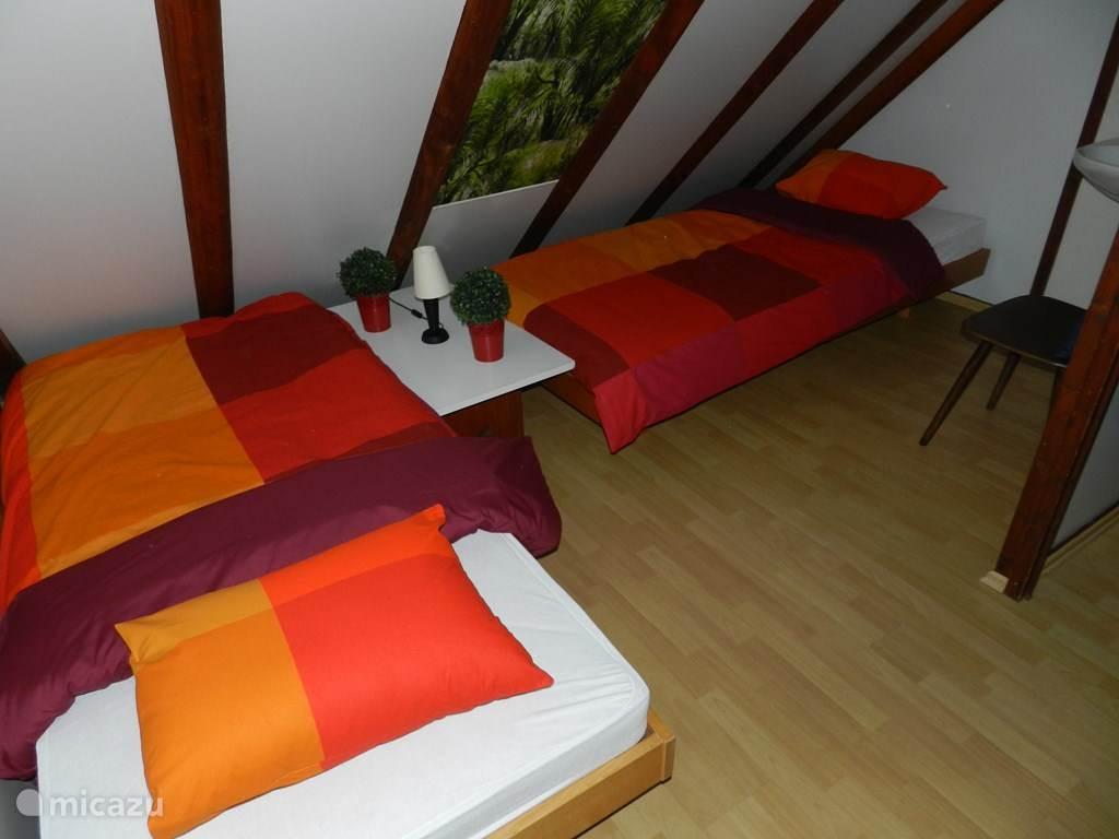 Slaapkamer boven met deur naar balkon