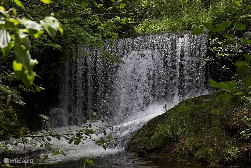 Vanuit de tuin is een trap naar de beek aangelegd en geeft toegang tot de privé-waterval. Dit is een heerlijke speelplek voor kinderen. De hoogte van het water in de beek en de waterval varieert door het seizoen of de regenval.