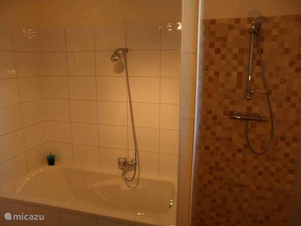 'Le Noyer' heeft twee verwarmde badkamers: de ene is voorzien van een dubbele wastafel, ligbad & douche (foto) en toilet. De andere badkamer is voorzien van een dubbele wastafel, douche, toilet en bidet.