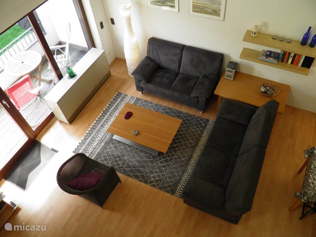De woonkamer is comfortabel ingericht met zithoek met flatscreen-tv (nederlandse zenders), eethoek en open keuken