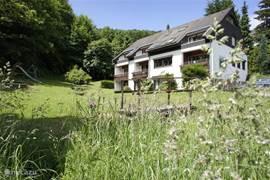 Het huis is gelegen aan de rand van het dorp, direct aan het bos. Door de grote tuin stroomt een kabbelend bergbeekje